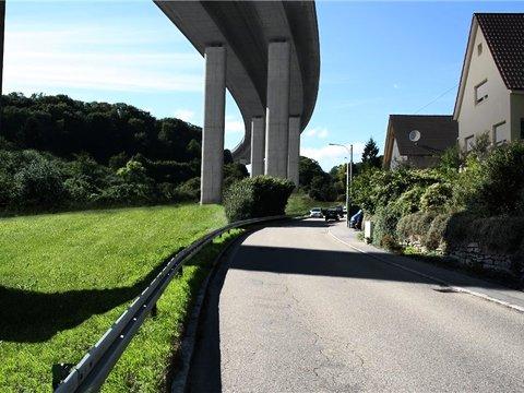 Die Planer des Landes wollten mit dieser Simulation einer Brücke am Nieferner Enzberg zeigen, wie groß so ein vorgeschlagenes A8-Bauwerk würde – und wie breit der Schatten. Foto: Regierungspräsidium