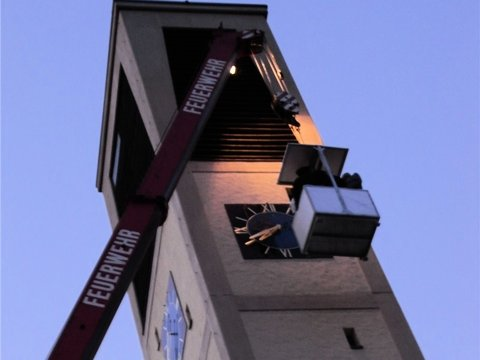 Als störend wird von manchen Anliegern der Glockenschlag der katholischen Kirche St. Josef in Eutingen empfunden. Die Kirchturmuhr war Ende September eingebaut worden. Foto: PZ-News.de